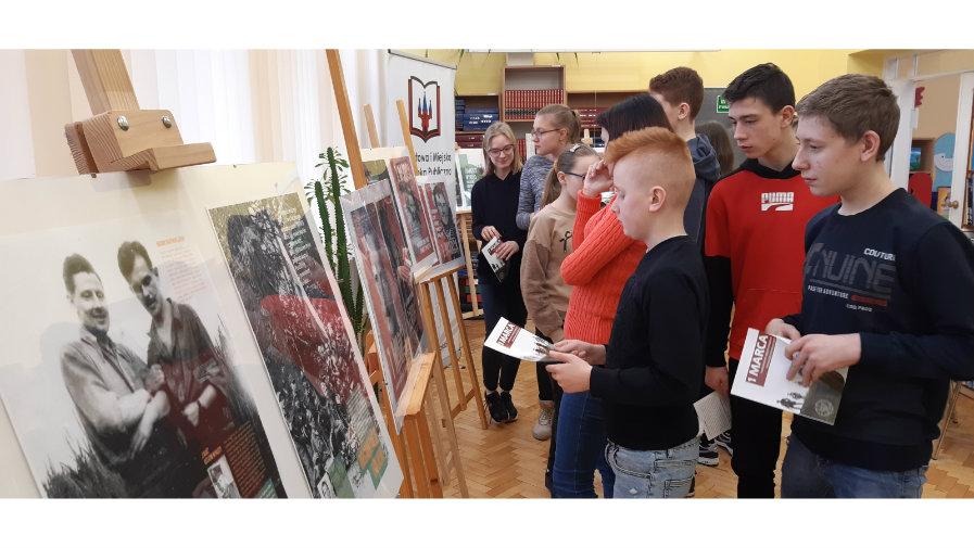 Zwiedzający wystawę poświęconą Żołnierzom Wyklętym przygotowaną przez Powiatową i Miejską Bibliotekę Publiczną w Nakle nad Notecią.